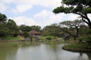 Le jardin Shikina-en accueille la résidence secondaire de la famille royale des îles Ryûkyû. Elle était utilisée pour recevoir les visiteurs officiels du royaume