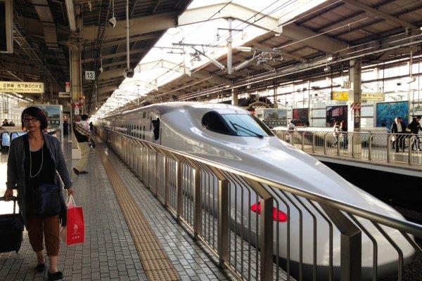 El tren bala Shinkansen en la estación de Kyoto