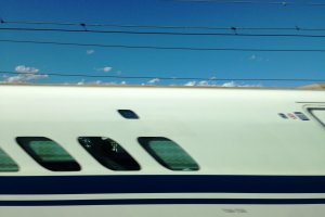 Esto es lo que pasa cuando intentas tomar una foto de un Shinkansen que viene del lado contrario