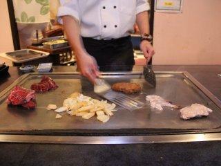 Những đầu bếp teppanyaki chuyên nghiệp sẽ chế biến từng phần của tất cả các món, còn đầu bếp thông thường chỉ chế biến được từng món