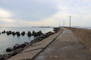 外海は荒れているが、堤防内はこのように静かに凪いでいる