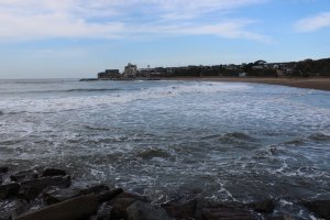 堤防を隔てて川の反対側は砂浜「サンセットビーチ」。夏は海水浴客でにぎわう