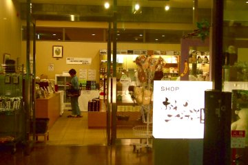 <p>ร้านขายของที่ระลึกตรงล็อบบี้เป้นร้านสะดวกซื้อด้วย</p>