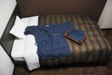 <p>จินเบยืกับเตียงนอน</p>