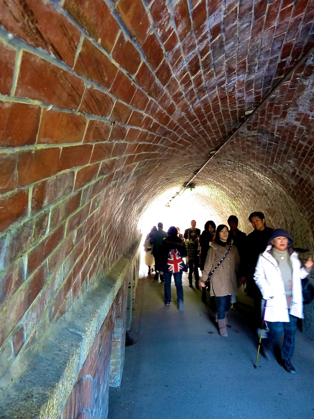 Túnel nejirinbo por baixo do trilho do funicular