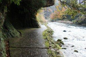 川にせり出すような岩崖を伝うように延びる道にも趣があります