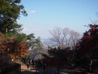 في منتصف الطريق ومن علو مناسب للجبل ، يمكنك أن ترى بالفعل المدينة المترامية الاطراف طوكيو .