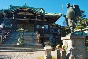 The main statue and hall of Kenpukuji