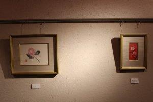 カフェの壁面には鶴太郎の絵が飾られている