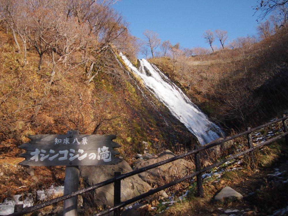 يمكنك أن تصعد الدرج المؤدي إلى منتصف الشلال لتكون أقرب إلى الشلال.