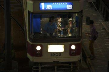 전차는 길이에 관계없이 한 번당 120엔밖에 안 든다. 500엔짜리 일일 승차권도 구입할 수 있는데, 이것은 무제한으로 탈 수 있다
