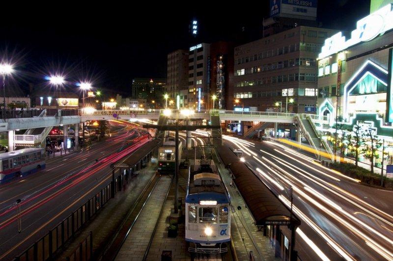 야간에 나가사키에키마에 역 양쪽으로 지나가는 교통량의 가벼운 흔적