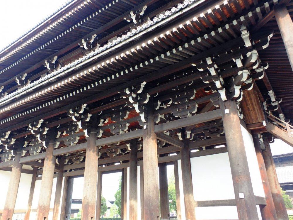 三門はとにかく巨大だ、しかし同時に美しい