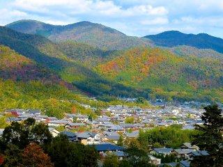 二尊院の裏山から眺める秋の山々