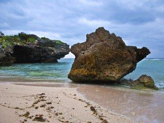 Những khối đá lớn nằm xung quanh một vài dải cát xác định của Biển Sesoko