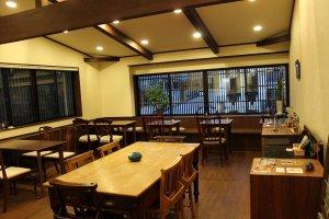 ホールはこんなに広い。カフェライブも可能な広さだ