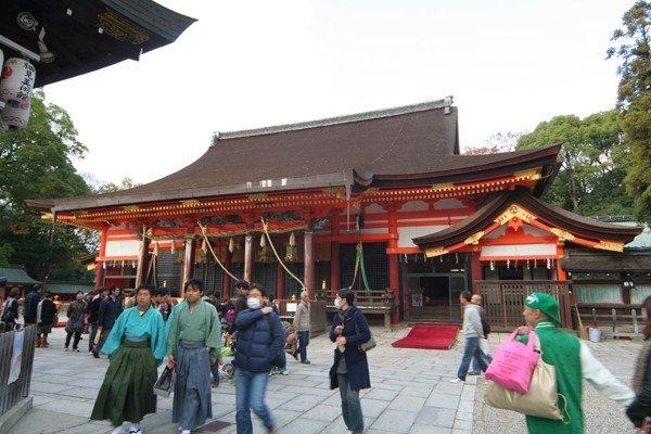 八坂神社是全國約三千座八坂神社之總本社,難怪這麼多參拜者。