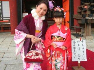 遇到穿和服的小女孩,身上衣飾很美!! 我們這些玩票性質完全及不上!! 忍不住拉她合照。