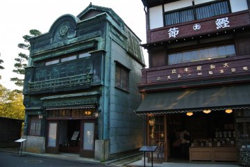 상점과 주택의 옛길 풍경