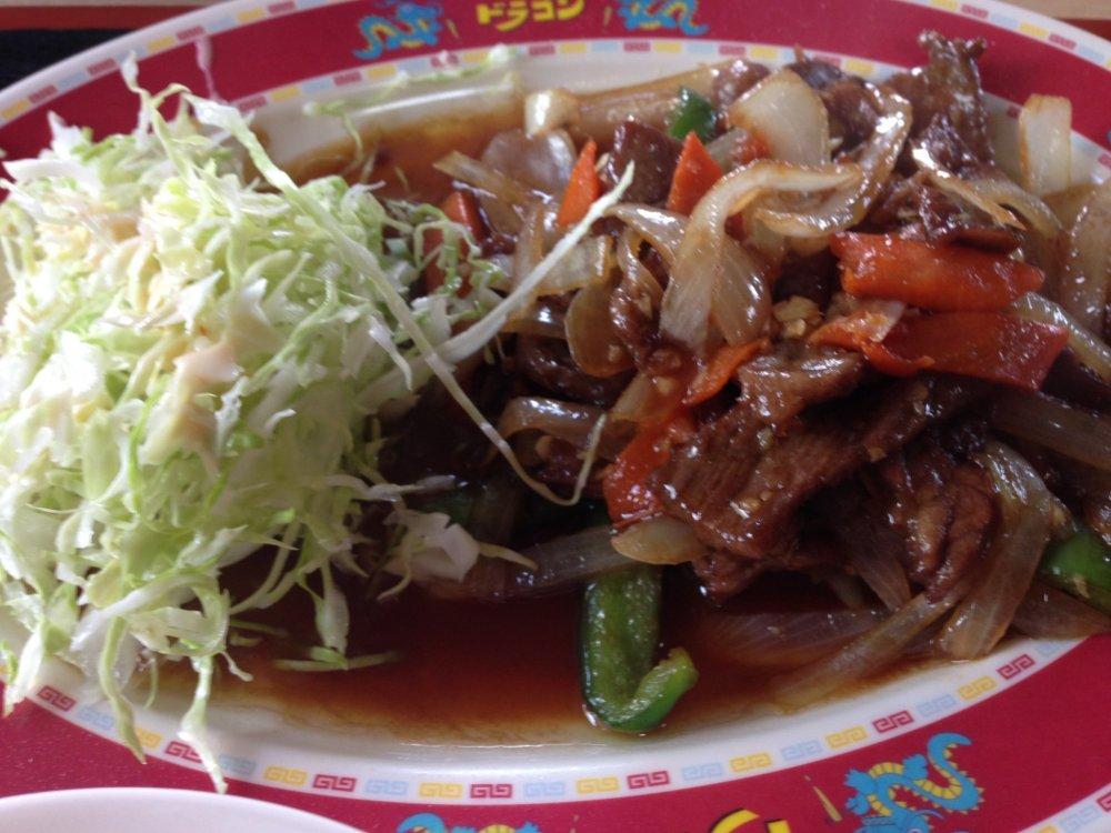 Thịt bò xào rau củ với rất nhiều tỏi; thịt bò mềm ở bên trong và giòn tan với lớp mật ong phủ ngoài