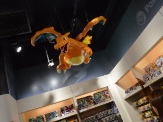 Charizard terbang di atas Anda.