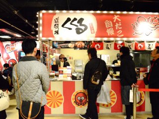 Takoyaki dari Osaka dapat ditemukan di Kukuru!