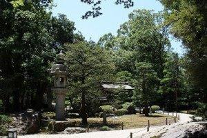 盆梅展の会場である「慶雲館」。明治天皇御行幸に合わせて地元の豪商が建造したという。和風庭園も見事である