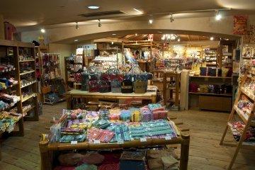 <p>ร้าน &quot;ชูระซัง&quot; มีของหลากหลายมาก ทั้งรองเท้าแตะและเครื่องแต่งกายที่เหมาะกับรีสอร์ตริมหาด เป็นเพียงหนึ่งในร้านหลายร้านของที่นี่&nbsp;</p>