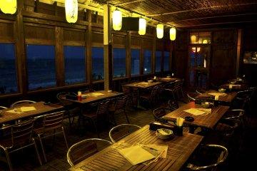 <p>ด้านในอิซาคายะริมทะเล &quot;ชิมาอุตะ&quot; ที่คุณสามารถดื่มด่ำเพลงโอกินาว่ากับดนตรีซันชินพร้อมจิบสักแก้วสองแก้ว</p>