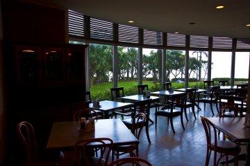 <p>ร้านอาหาร &quot;ทันฉะ เบย์&quot; พร้อทวิวชายหาด สามารถทานมือ้เช้าที่ระเบียงด้านนอกซึ่งอยู่ติดกับชายหาดได้&nbsp;</p>
