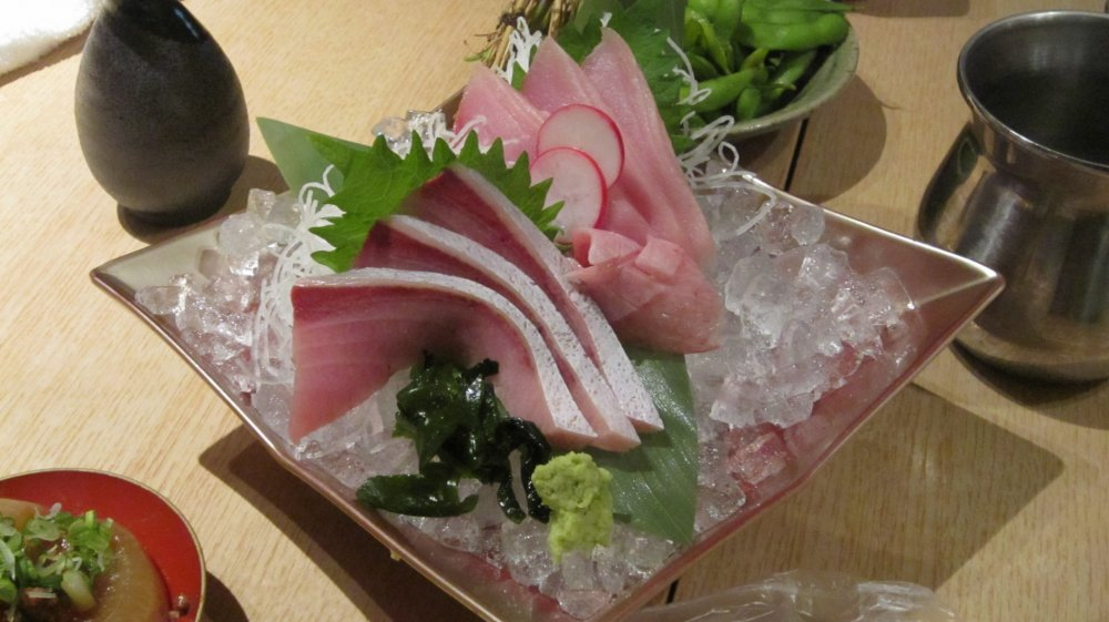 부리 회 신선하고 맛있다. 단품 이외의 회 모듬, 금배(3인분) 1,980엔, 은배(2인분) 1,480엔이 있다.
