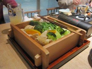 """""""아침에 먹는 야채와 특제 닭쯔쿠네 찜""""1인분 930엔, 2~3인분 1,680엔. 지역산지 직송 야채가 신선하다."""