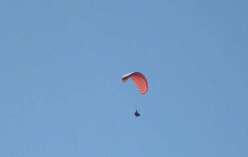 패러글라이더가 하늘을 날다