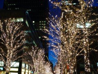 東京駅近くのクリスマスイリュミネーション。東京駅丸の内出口向かい側にある丸の内ビルの裏通りだ。