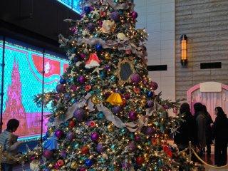丸の内ビル4階のクリスマスツリー。今年のテーマはディズニーだ