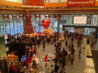 丸の内ビル1階には、4階以上に大きなクリスマスツリーが飾られている