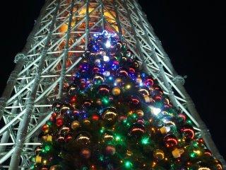Pohon natal dan SkyTree sebagia latar belakang. Hal ini merupakan pemandangan populer dan menjadi tempat berkumpulnya orang-orang.