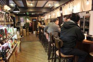 店内奥にある利き酒用のカウンター。酒だけでなく肴も京漬物や湯豆腐といった京都ならではの本格的なものが用意されている