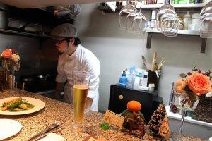 カウンター席がわずか6席だけの小さなレストランです。シェフ一人で仕切っています