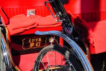 <p>The beautiful red of two&nbsp;Kamakura rickshaw</p>