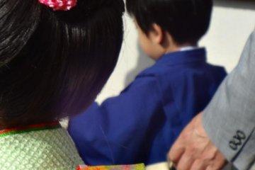 三岁或者七岁的女孩,三岁或者五岁的男孩开始庆祝