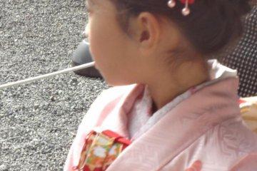 穿粉色和服的小女孩