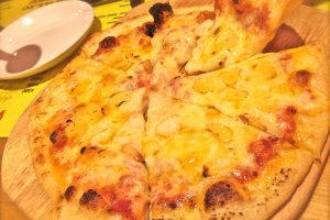 Garlic House 'Garlic Pizza' is divine! 880yen