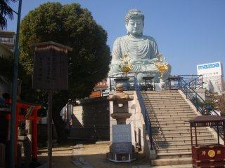 노후 쿠지 절은 서기 805 년에 창설되었다고 전해지고 있지만, 1991 년에 부처 상을 대체했습니다.