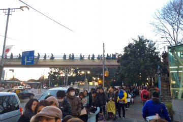 <p>A quick picture of the long line of patient, Garrett Popcorn Shops customers in Harajuku.</p>