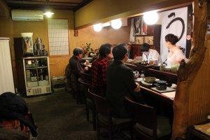 カウンターでは「魚志楼」ファンのお客さんが店主や女将と談笑していた
