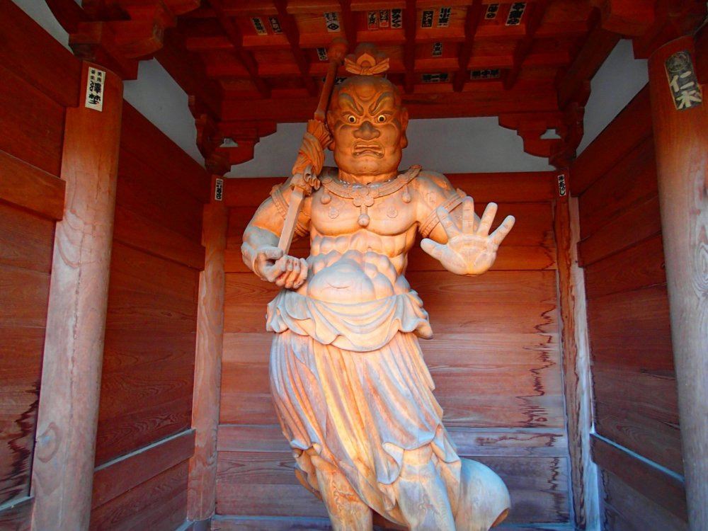 Статуя дэва-хранителя у ворот