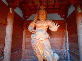 Bức tượng Kongo Rikishi ở cổng chính