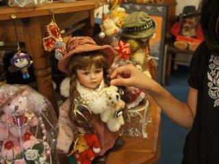 Những đồ chơi khác mà không phải gấu teddy ở tầng một của bảo tàng.