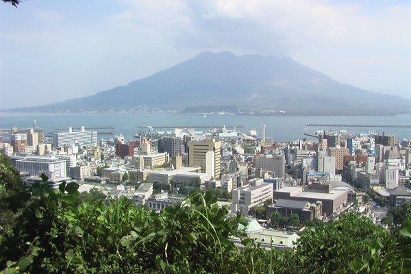 Sakurajima nhìn từ đỉnh Shiroyama. Saigo có lẽ đã nhìn thấy khung cảnh này trước khi tự sát ở đây.